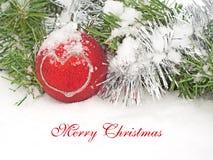 Julkran och röd bauble i snow Royaltyfria Foton