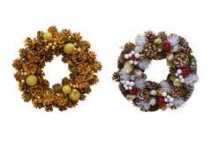 Julkrans av kottar och äpplen, garneringar för ` s för nytt år Är Arkivfoton