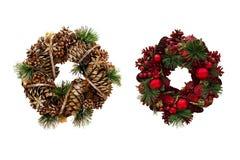 Julkrans av kottar och äpplen, garneringar för ` s för nytt år Är Royaltyfria Bilder