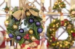 Julkrans av prydliga, purpurfärgade och guld- bollar royaltyfri bild