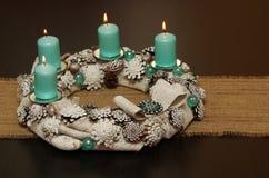 Julkrans med blåa stearinljus Royaltyfri Bild