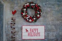 Julkrans med de lyckliga ferierna för ord Fotografering för Bildbyråer