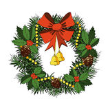 Julkrans med den röda pilbågen, Klockor, järnek, kottar Royaltyfri Foto