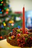 Julkrans med en stearinljus white för juldekorisolering Royaltyfri Bild