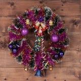Julkrans med garnering på mörkt trä Royaltyfria Bilder