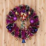 Julkrans med garnering på trä Royaltyfria Foton