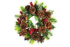 Julkrans med kottegarnering som isoleras på vit Royaltyfria Bilder