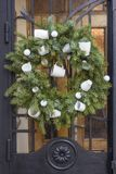 Julkrans med på dörren Arkivfoton