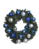 Julkrans med silver- och blåttprydnader på vit bakgrund Royaltyfri Fotografi