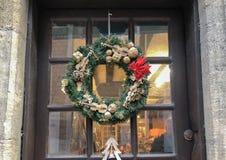 Julkrans med små miniatyrer på en dörr royaltyfri bild