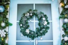 Julkrans med struntsaker, kottar och evergreenlövruskor Royaltyfri Fotografi