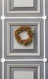 Julkrans på dörren Arkivbild