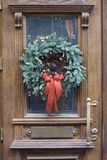 Julkrans på dörren Arkivfoto