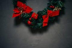 Julkrans på en mörk texturerad bakgrund, kopieringsutrymme royaltyfria bilder