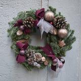 Julkrans på en vägg Royaltyfria Foton