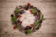 Julkrans på träbakgrunden Royaltyfri Fotografi