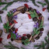 Julkrans på träbakgrunden Royaltyfri Foto