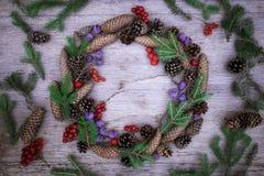 Julkrans på träbakgrunden Fotografering för Bildbyråer