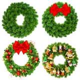 Julkrans som är undecorated och dekoreras med prydnader Arkivbild