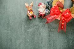Julkransbröd med Santa Claus, utrymme för text vita röda stjärnor för abstrakt för bakgrundsjul mörk för garnering modell för des Arkivbilder