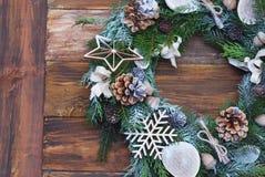 Julkransen av gran förgrena sig, kottar, naturliga garneringar på mörk träbakgrund Xmas och lyckligt nytt år arkivfoto