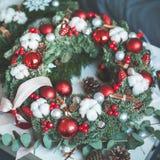 Julkransen med Xmas-dekoren, det vintergröna Xmas-trädet fattar Arkivbild