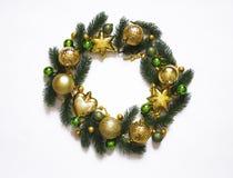 Julkransen på vit bakgrund, baner med gran förgrena sig och klumpa ihop sig ovanför sikt Färger är guld-, gröna och vita nytt Royaltyfria Foton