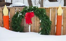 Julkransen sid vid två stearinljus Arkivbilder
