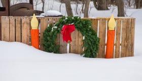 Julkransen sid vid två stearinljus Arkivfoto