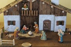 julkrubba med den heliga familjen och en ängel med härligheten Arkivfoton