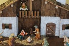 julkrubba med den heliga familjen och en ängel med härligheten Arkivbilder