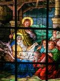 Julkrubba på jul - målat glassfönster royaltyfria bilder