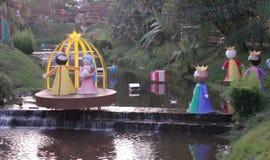 Julkrubban dekorerar strömmen royaltyfria bilder