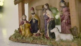 Julkrubbaplats med statyetter inklusive Jesus, Mary, Joseph, får och magi lager videofilmer