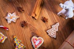 Julkryddor och garneringar på trätabellen Royaltyfri Fotografi