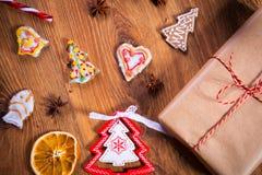 Julkryddor och garneringar på trätabellen Arkivbilder