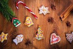Julkryddor och garneringar på trätabellen Arkivfoton