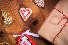 Julkryddor och garneringar på trätabellen Arkivbild