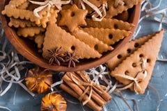 Julkryddor, pepparkakakakor och stekheta ingredienser på grå färger hårdnar bakgrund Kanel anisstjärnor, muskotnöt, cardamon, Royaltyfria Bilder