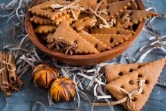Julkryddor, pepparkakakakor och stekheta ingredienser på grå färger hårdnar bakgrund Kanel anisstjärnor, muskotnöt, cardamon, Royaltyfria Foton