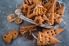Julkryddor, pepparkakakakor och stekheta ingredienser på grå färger hårdnar bakgrund Kanel anisstjärnor, muskotnöt, cardamon, Royaltyfri Foto