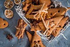 Julkryddor, pepparkakakakor och stekheta ingredienser på grå färger hårdnar bakgrund Kanel anisstjärnor, muskotnöt, cardamon, Arkivbilder