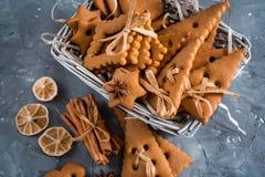 Julkryddor, pepparkakakakor och stekheta ingredienser på grå färger hårdnar bakgrund Kanel anisstjärnor, muskotnöt, cardamon, Arkivfoton