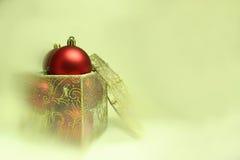 Julkulor i en närvarande ask royaltyfri bild