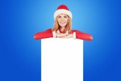 Julkvinna i hållande kort för santa hatt Arkivfoton