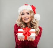 Julkvinna i Santa Hat Holding White Xmas gåvaask arkivbilder