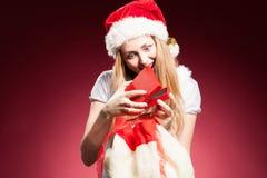 Julkvinna med gåvaasken Arkivbilder