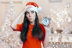 Julkvinna med ringklockan som väntar på Santa Claus Arkivbild