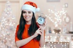 Julkvinna med ringklockan som väntar på Santa Claus Royaltyfri Fotografi