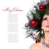 Julkvinna. Modeflicka med den dekorerade frisyren för nytt år. Arkivfoto